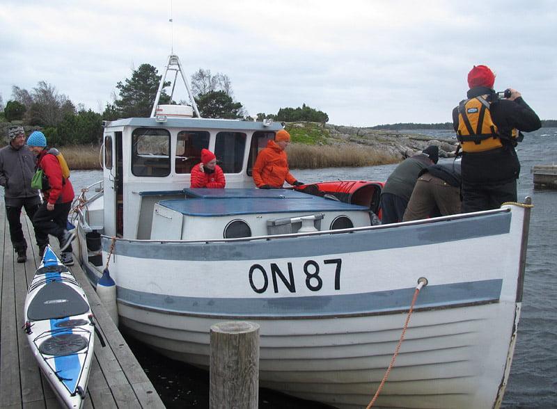 Owes båt rymmer många kajaker. Praktiskt :)