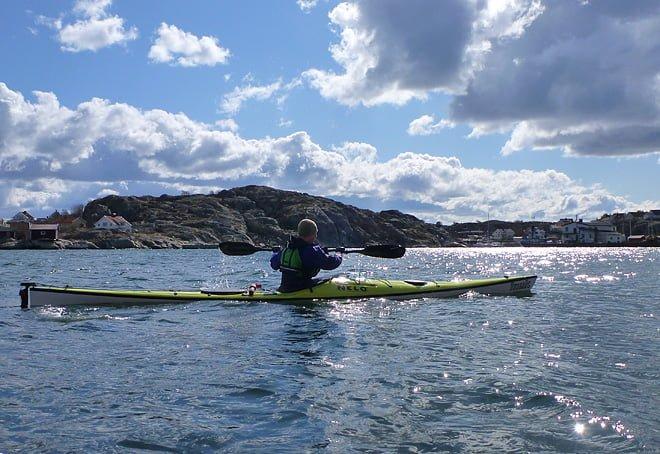 Pia i Nelo Inuk med Styrsö i bakgrunden