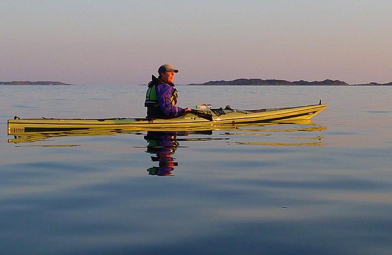 Pia i solnedgångsljus på väg över Kosterfjorden