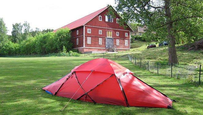 Vi var först uppe med tältet. Stoooora Upplevelseladan i bakgrunden