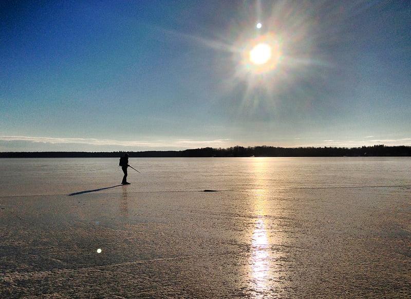 Sol, fem minus, svaga vindar och slät is