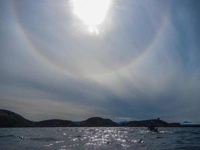 Halo runt solen brukar antyda väderomslag. Kul med variation.