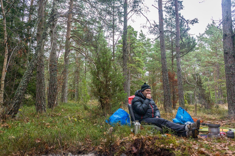 Magnus i blåbärsriset med sin vedeldade vattenkokare från KellyKettle