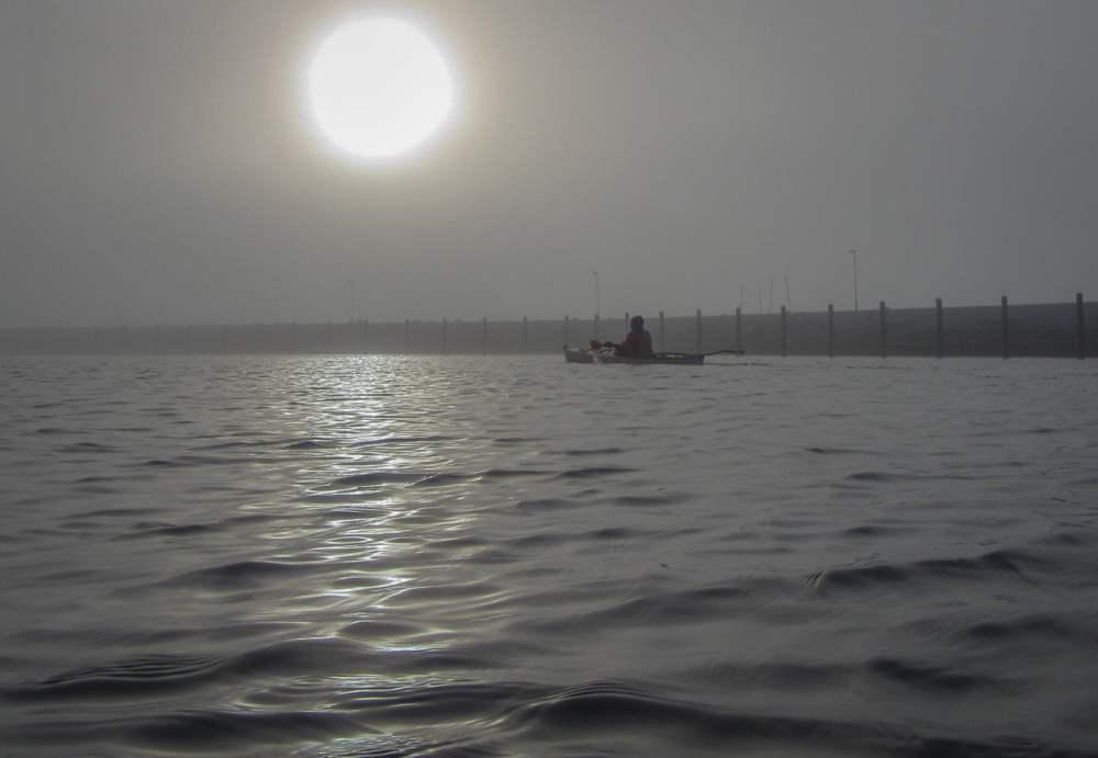 Motljus och dimma inne i Torekovs hamn