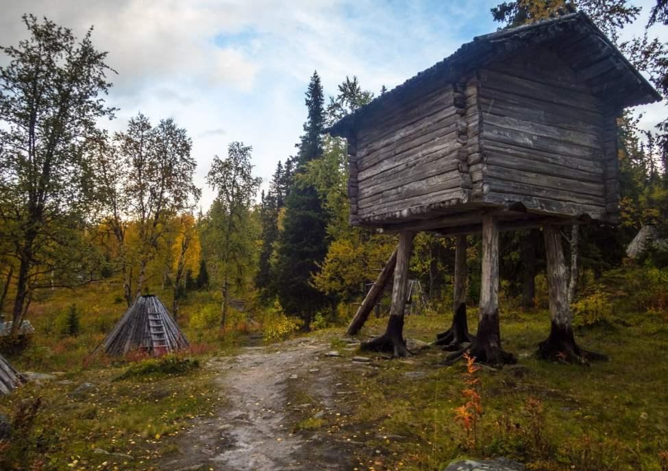 Hus på rot vid Fatmomakke