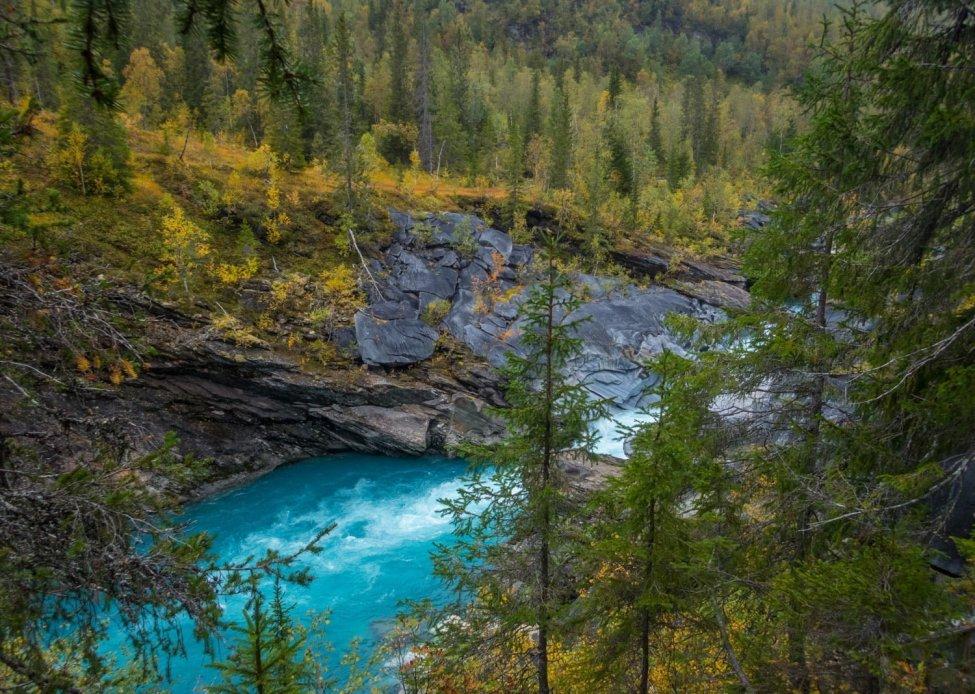 Kool färg på vattnet och naturen
