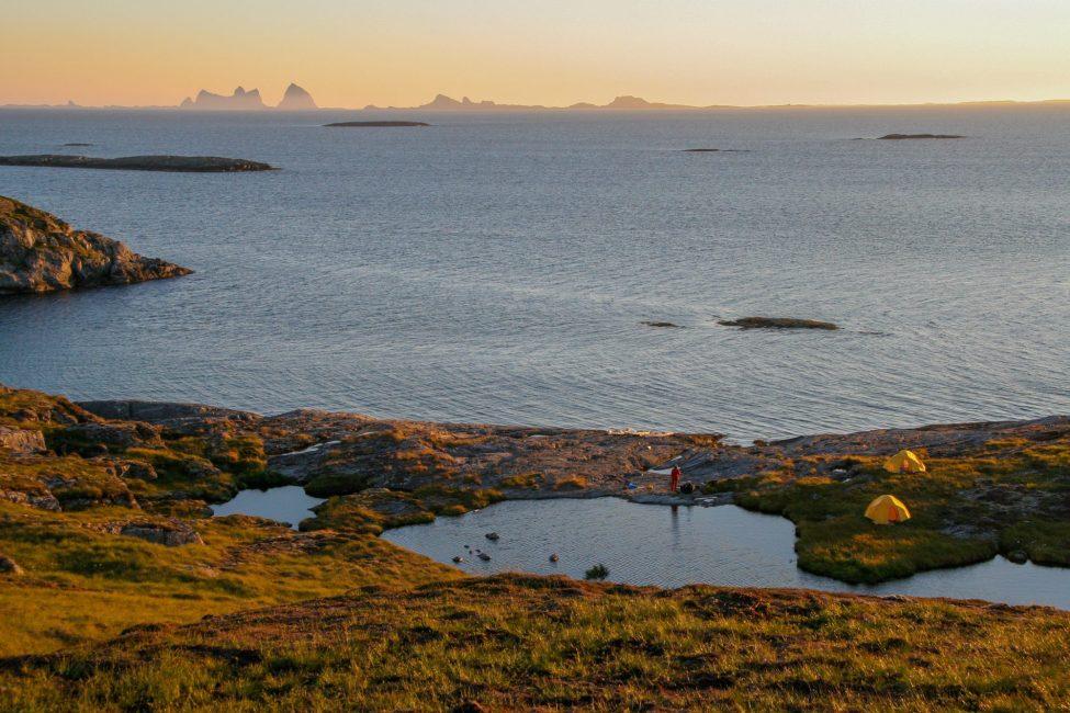 St Heløy. Grym vy mot Træna och horisonten. Dessutom egen badsjö!