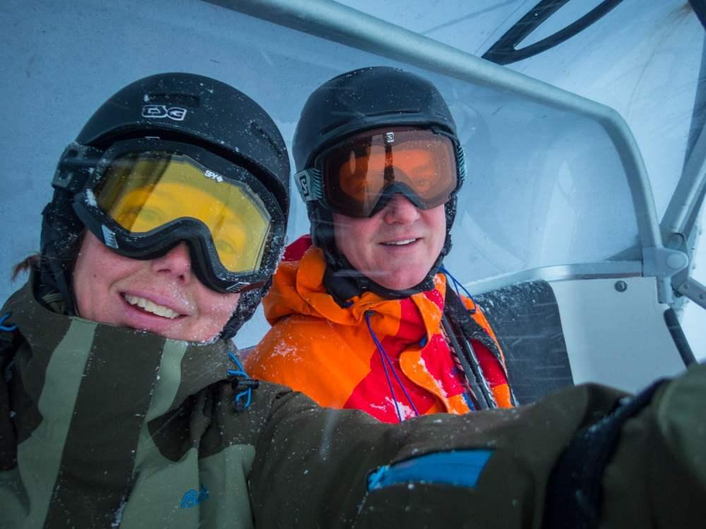 Snöigt lifthäng med fulfärgade hjälmar