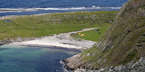 Rejäl sandstrand och gräs med plats till ett par hundra tält