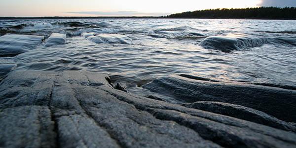 Klipporna på V Långholmen - SprängarClaes och Malin berättade lite om olika bergarter vid en liten kvällspromenad; intressant.