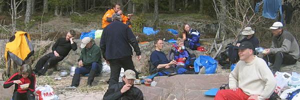 Lunch i solskenet på Onsönön. Svarta moln tornade upp sig men regnet höll sig borta. Efter lunchen tog vi sikte på St Axelön och letade upp labyrinterna där.
