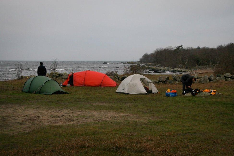 Lite grått i tältlägret på morgonkvisten