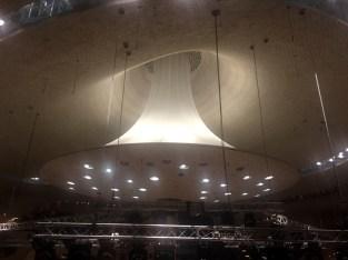 Der Akustik-Reflektor über der Bühne