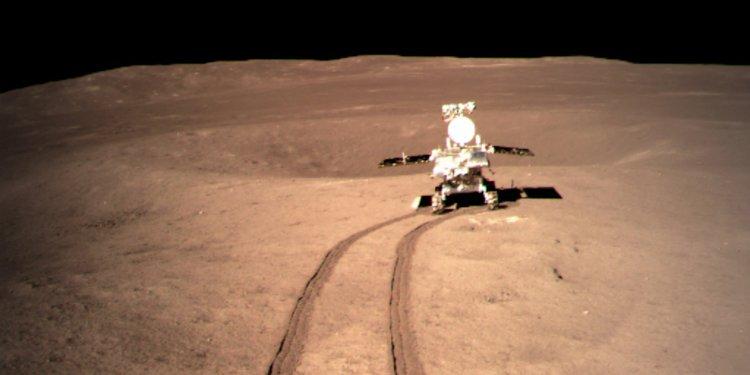 """Китайският лунен роувър изследва """"странното вещество"""" открито в кратера на далечния край на Луната"""