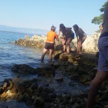 Mathieu montre une étoile de mer en Croatie