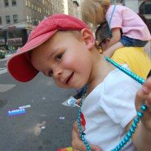 Liam à la gay parade avec son collier bleu qu'il a toujours