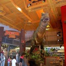Dinosaure géant dans un magasin de jouets