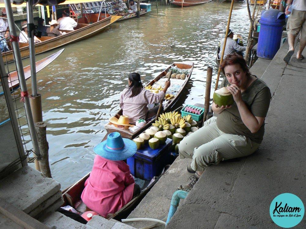 Délicieux et si frais! Noix de coco fraiche! Au marché flottant près de Bangkok
