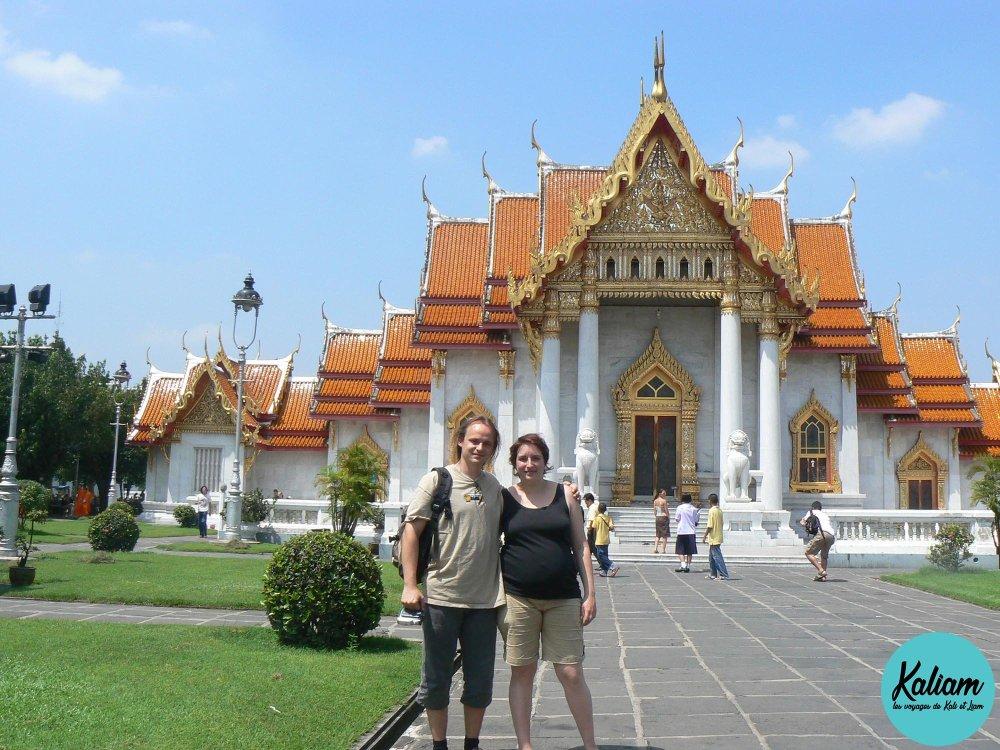 Devant un des nombreux temples en Thaïlande