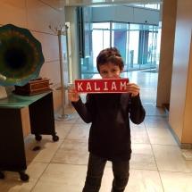 Liam pose avec la plaque Kaliam
