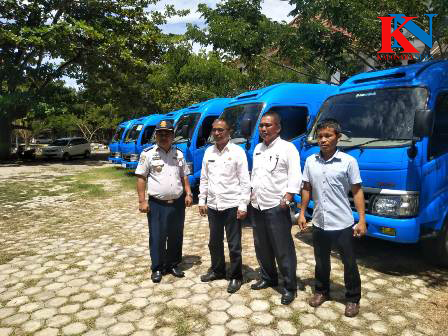 Ketgam : Kepala Dinas Perhubungan Kabupaten Konawe, Wayung Lasandara bersama ke pengurus BUMDes saat berfoto bersama sebelum penyerahan./foto : Januddin Kalosara News.
