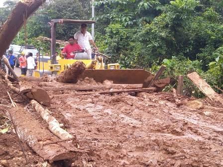 Ketgam : Ruksamin turun menyaksikan pembenahan tanah longsor yang menutupi jalan trans Sulawesi