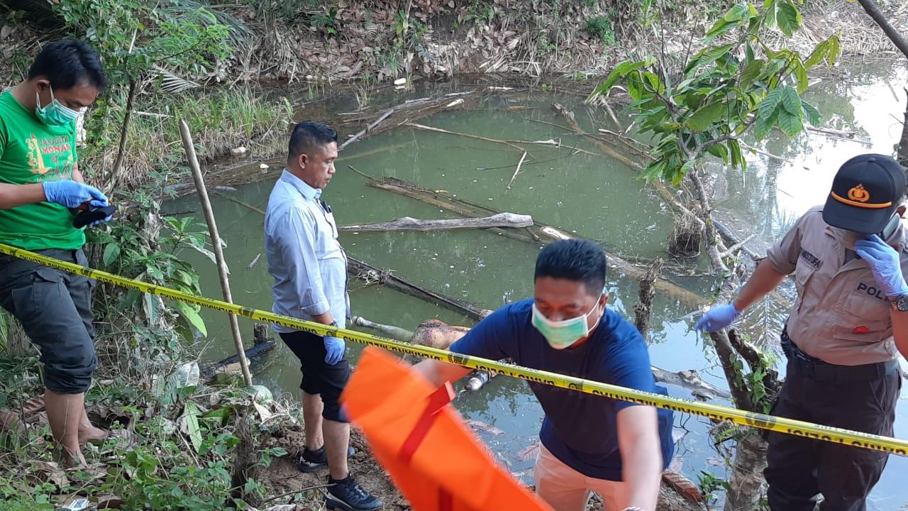 Ketgam : Evakuasi sosok mayat yang ditemukan di bendungan Desa Awalo