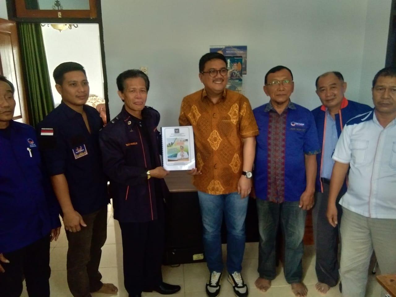 Ketgam : Tim Surunuddin Dangga saat mendaftar di DPD Partai Nasdem Kabupaten Konawe Selatan.