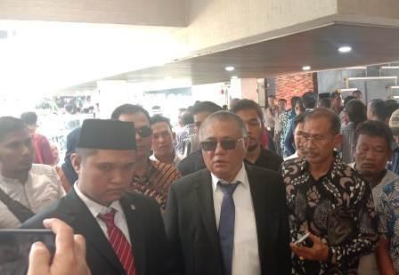 Ketgam : Fachry (Kopea) sesudah pelantikan bersama ayahnya Kery Saiful Konggoasa