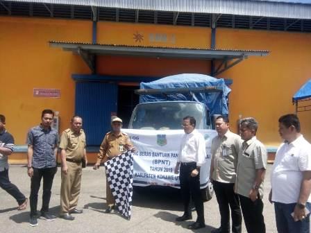 Ketgam : Kepala Bulog Sultra Ermin Tora (pake topi) saat melepas rombongan pembawa beras BNPT ke Konawe Utara