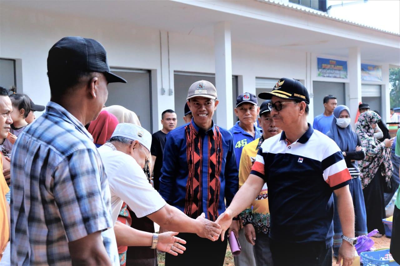 Ketgam : Surunuddin saat meresmikan Pasar Rakyat Ambaipua