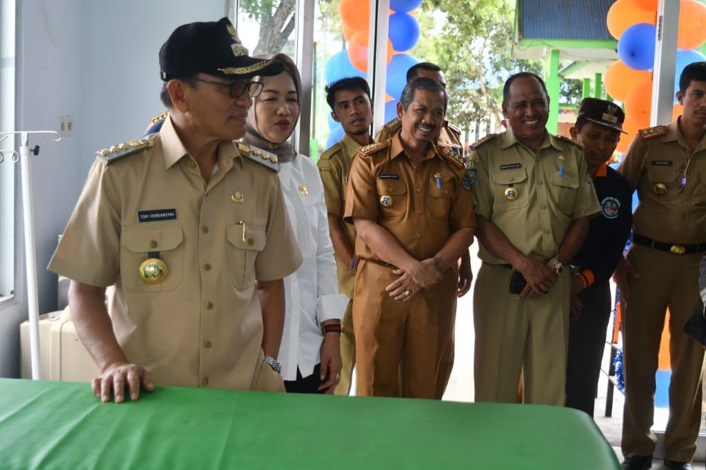 Ketgam: Bupati Koltim, Tony Herbiansyah saat meresmikan IDG Puskesmas Tinondo