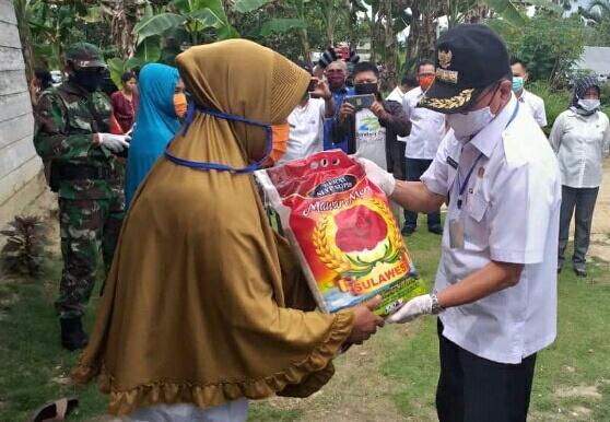 Ketgam. Bupati Koltim Tony Herbiansyah menyalurkan bantuan sembako ke warga.