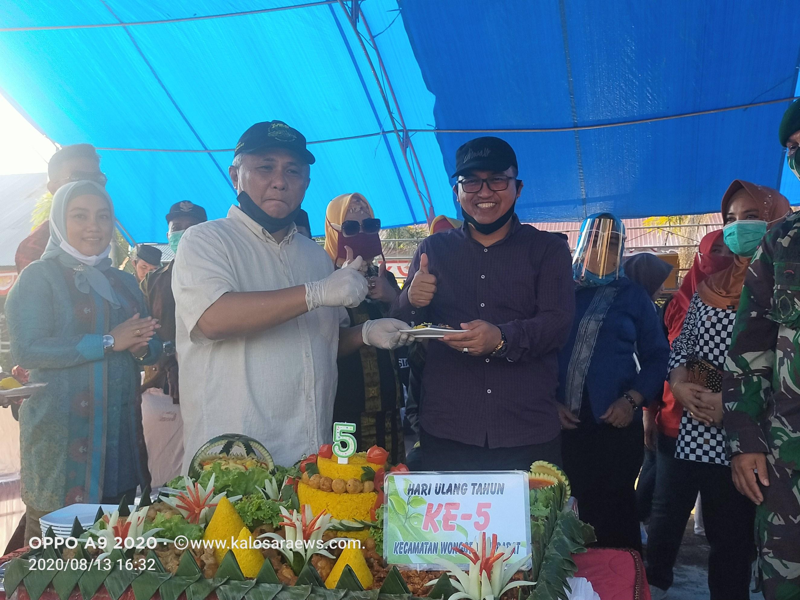 Ketgam : Bupati Kery Saiful Konggoasa saat menyerahkan Tumpeng ke Ketua DPRD Konawe, Dr.H Ardin.
