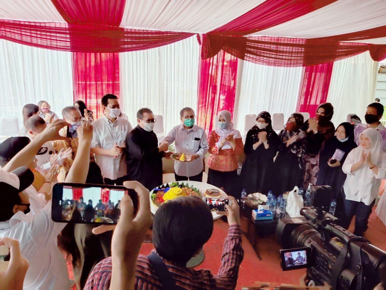 Pemberian tumpeng dari Ketua Umum SMSI Firdaus yang juga Komut Siberindo.co kepada Hendry Ch Bangun, Dirut Siberindo.co didampingi pengurus SMSI Pusat dan Daerah, di Graha Bintaro, Tangerang Selatan.