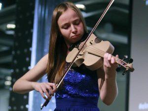 Una violinista con un Stradivarius realizado con una impresora 3D/EFE/EPA