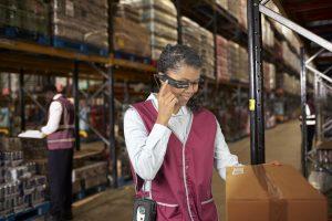 Una usuaria con las gafas inteligentes de Toshiba y el miniordenador dynaEdge DE-100/EFE/Imagen cedida por Toshiba