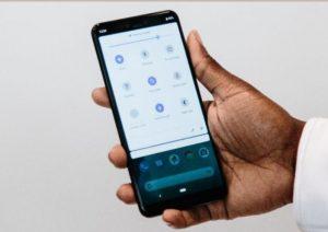 """Vista del nuevo teléfono móviles de Google: Google Pixel 3 durante su presentación oficial en Nueva York, Estados Unidos. Google celebró hoy en Nueva York su ya tradicional día de lanzamiento de nuevos productos de """"hardware"""", entre los que destacan el último modelo de la serie de teléfonos inteligentes, el Pixel 3, y la tableta híbrida Slate. EFE/ Alba Vigaray"""