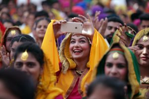 Imagen de archivo de una mujer india con un móvil/EFE/EPA USUARIOS