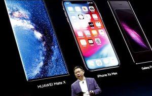 Richard Yu, CEO Huawei Consumer Business Group, durante la presentación del nuevo teléfono plegable Mate X, este domingo en la antesala del Mobile World Congress que se celebra en Barcelona. EFE/ Andreu Dalmau