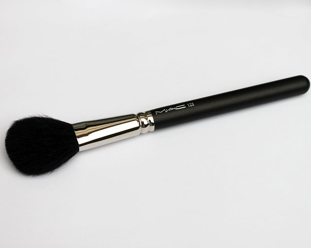 MAC+129+Powder+Blush+Brush+Review1