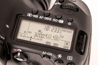INFORMAJSON: Lcd-skjermen på toppen omgitt av betjeningsknapper bidrar til å gjøre det raskt å endre kamerainnstillingene. (Foto: Toralv Østvang)