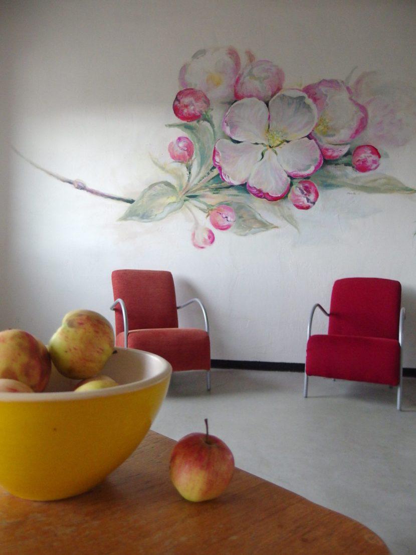 seinale maalitud õunapuuõied