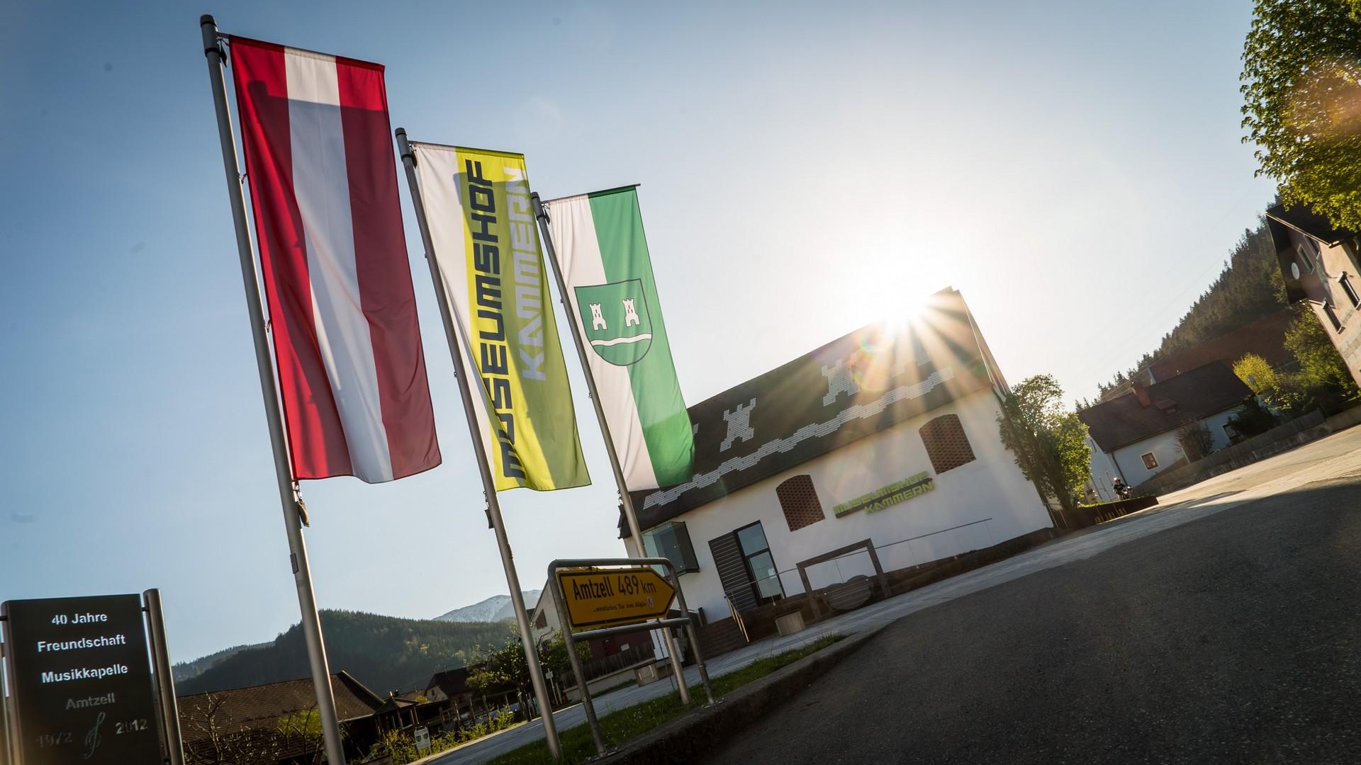 Marktplatz mit Museumshof und Flaggen