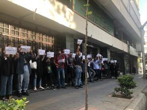 تجمع دانشجویان معترض مقابل ساختمان دانشکده