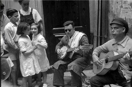 Gerda Taro, Street Musicians
