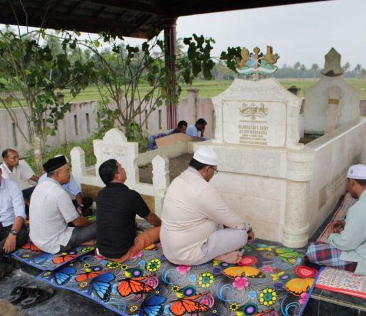 Sidom Peng doa bersama di makam Muchtar Y Hasbi