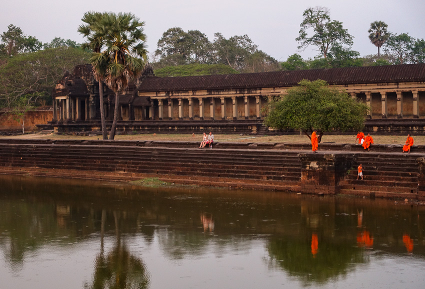 angkor-wat-monks-steps