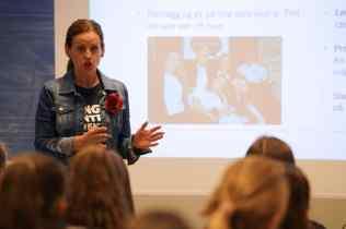 Kathrine Tallis fra Ungt Entreprenørskap presenterer oppdraget.
