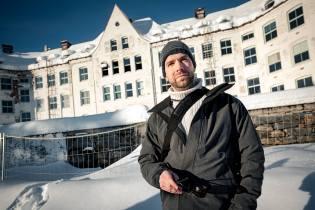 Jeff Pedersen foran Luster sanatorium. Foto: David Zadig.